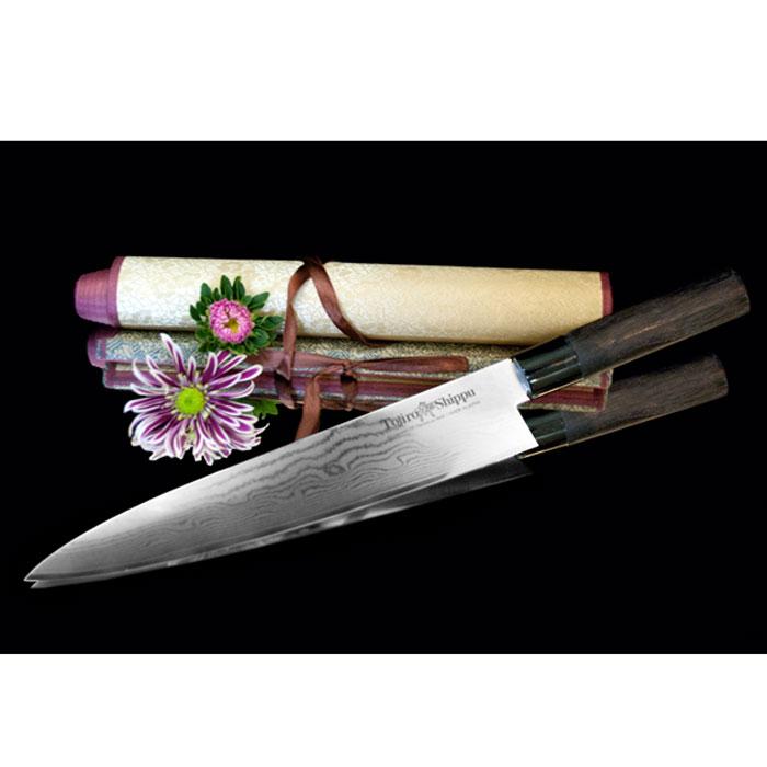 Нож поварской Tojiro Shippu, длина лезвия 27 смFD-596Поварской нож Tojiro Shippu выполнен из высококачественной 63-слойной нержавеющей стали. Нож займет достойное место среди аксессуаров на вашей кухне и поможет вам в быстром и легком приготовлении любых блюд. Он имеет легкий клинок, который идеально подходит для нарезки овощей, фруктов, сыра и приготовления бутербродов. Отлично режет овощи с неоднородной структурой (твердая кожица, мягкая сердцевина). Клинок ножа изготовлен по пакетной технологии: середина пакета из высокотвердой стали VG-10 (до 63 HRc) помещена в обкладки из дамасской стали. Такой клинок отличается повышенной устойчивостью к коррозии, а дамасские узоры выглядят очень эффектно и подчеркивают высокое качество изделия. Сечение клинка ножа - клинообразно, что позволяет режущей кромке клинка быть продолжительное время острой. Рукоятка ножа, выполненная из натурального дерева, имеет эргономичную форму, которая не позволит выскользнуть ему из вашей руки. Нож упакован в стильную подарочную коробку из плотного...