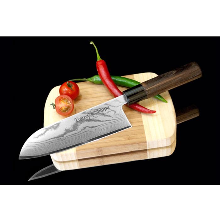 Нож Сантоку Tojiro Shippu, длина лезвия 18 смFD-597Нож Сантоку Tojiro Shippu выполнен из высококачественной 63-слойной нержавеющей стали. Нож займет достойное место среди аксессуаров на вашей кухне и поможет вам в быстром и легком приготовлении любых блюд. Он имеет легкий клинок, который идеально подходит для нарезки, рубки и шинкования. Клинок ножа изготовлен по пакетной технологии: середина пакета из высокотвердой стали VG-10 (до 63 HRc) помещена в обкладки из дамасской стали. Такой клинок отличается повышенной устойчивостью к коррозии, а дамасские узоры выглядят очень эффектно и подчеркивают высокое качество изделия. Сечение клинка ножа - клинообразно, что позволяет режущей кромке клинка быть продолжительное время острой. Рукоятка ножа, выполненная из натурального дерева, имеет эргономичную форму, которая не позволит выскользнуть ему из вашей руки. Нож упакован в стильную подарочную коробку из плотного картона.