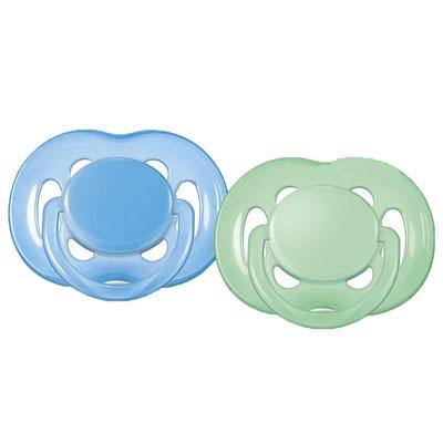 Philips Avent Пустышка силиконовая Freeflow, ортодонтическая, 6-18 месяцев, 2 шт SCF178/24SCF178/24Ортодонтическая силиконовая пустышка Avent Freeflow имеет шесть дополнительных отверстий в ободке для большего комфорта для чувствительной кожи. Пустышка помогает удовлетворить естественную потребность в сосании, а также тренирует мышцы губ, языка и челюсти, что играет важную роль в развитии речи и способности пережевывать пищу. Плоские симметричные соски каплевидной формы учитывают естественное расположение неба, зубов и десен младенца, даже если соска переворачивается у него во рту. Пристегивающийся защитный колпачок предназначен для гигиеничного хранения стерилизованных пустышек, а кольцевая ручка, светящаяся в темноте обеспечит более удобное вынимание пустышки. Силикон не обладает вкусом и запахом, что делает этот материал наиболее приемлемым для младенца.