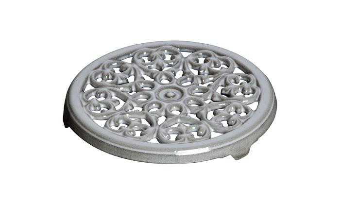 Подставка под горячее чугунная, 23 см, серый графит1601018Изготовлен из чугуна, покрытого эмалью снаружи и внутри. Подходит для использования на всех типах плит и в духовке. Перед первым использованием вымыть горячей водой, высушить на слабом огне, затем смазать растительным маслом изнутри. Погреть несколько минут на слабом огне и вытереть избыток масла. Мыть жидким моющим средством, без применения абразивных веществ и металлических губок. Пригоден для мытья в посудомоечной машине. При падении на твердую поверхность посуда может треснуть или разбиться. Металлические кухонные принадлежности могут повредить посуду. Чтобы не обжечься, пользуйтесь прихватками.Адрес изготовителя:Zwilling Staub France S.A.S, 47 bis, rue des Vinaigriers, 75010 Paris, FRANCE (Цвиллинг Стауб Франс С.А.С 47 бис, ру де Винаигриерс, 75010 Париж, Франция)
