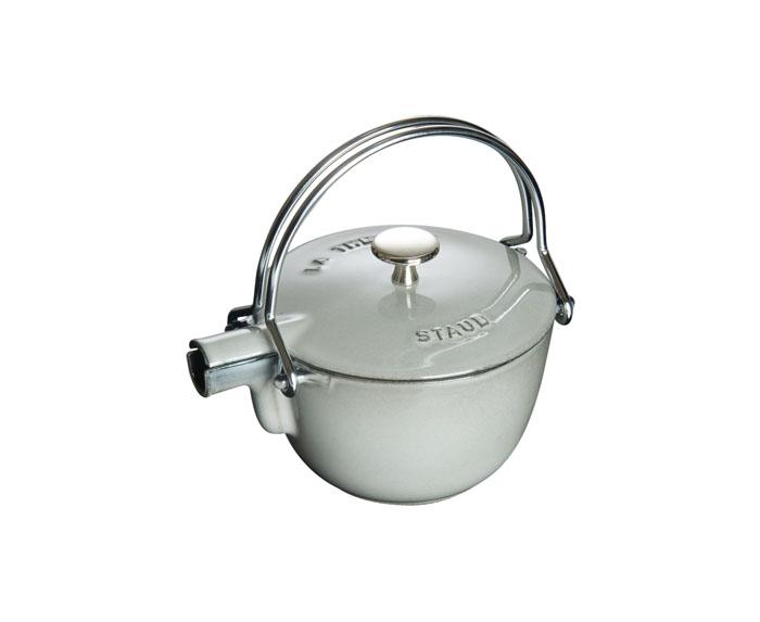 Чайник круглый, 16,5 см, 1,15 л, серый графит1650018Изготовлен из чугуна, покрытого эмалью снаружи и внутри. Подходит для использования на всех типах плит и в духовке. Перед первым использованием вымыть горячей водой, высушить на слабом огне, затем смазать растительным маслом изнутри. Погреть несколько минут на слабом огне и вытереть избыток масла. Мыть жидким моющим средством, без применения абразивных веществ и металлических губок. Пригоден для мытья в посудомоечной машине. При падении на твердую поверхность посуда может треснуть или разбиться. Металлические кухонные принадлежности могут повредить посуду. Чтобы не обжечься, пользуйтесь прихватками.Адрес изготовителя:Zwilling Staub France S.A.S, 47 bis, rue des Vinaigriers, 75010 Paris, FRANCE (Цвиллинг Стауб Франс С.А.С 47 бис, ру де Винаигриерс, 75010 Париж, Франция)