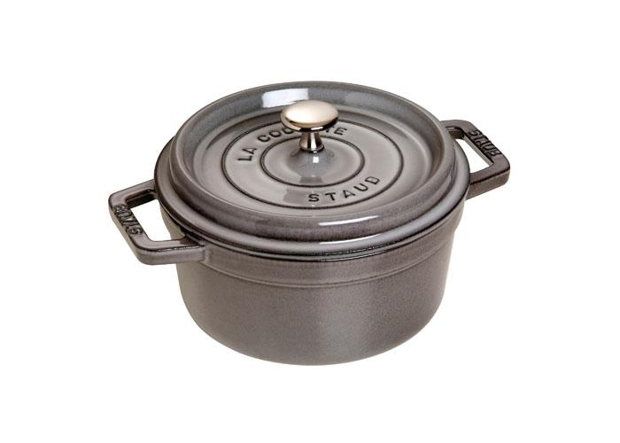 Кокот круглый Staub 20см, 2,2л, цвет: серый графит 11020181102018Изготовлена из чугуна, покрытого эмалью снаружи и внутри. Подходит для использования на всех типах плит и в духовке. Перед первым использованием вымыть горячей водой, высушить на слабом огне, затем смазать растительным маслом изнутри. Погреть несколько минут на слабом огне и вытереть избыток масла. Мыть жидким моющим средством, без применения абразивных веществ и металлических губок. Пригодна для мытья в посудомоечной машине. При падении на твердую поверхность посуда может треснуть или разбиться. Металлические кухонные принадлежности могут повредить посуду. Чтобы не обжечься, пользуйтесь прихватками.Адрес изготовителя:Zwilling Staub France S.A.S, 47 bis, rue des Vinaigriers, 75010 Paris, FRANCE (Цвиллинг Стауб Франс С.А.С 47 бис, ру де Винаигриерс, 75010 Париж, Франция)