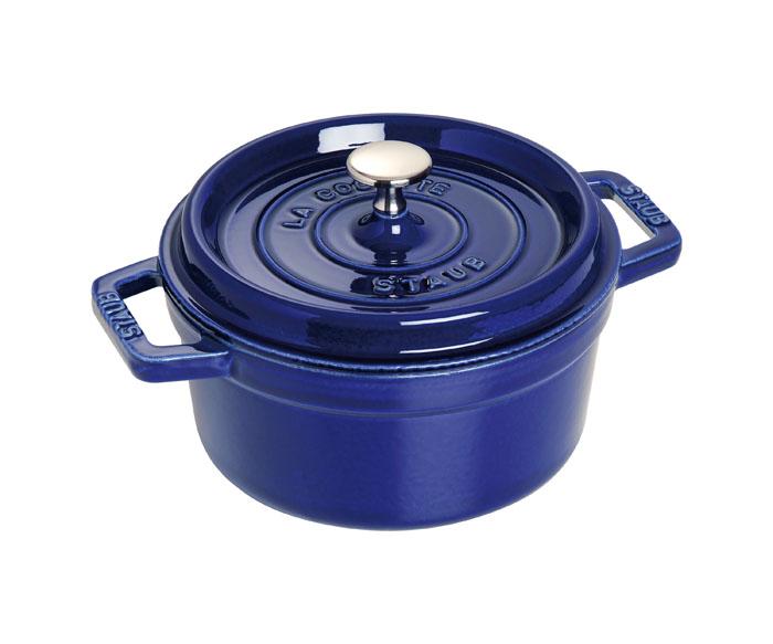 Кокот круглый Staub 22см, 2,6л, цвет: темно-синий 11022911102291Изготовлен из чугуна, покрытого эмалью снаружи и внутри. Подходит для использования на всех типах плит и в духовке. Перед первым использованием вымыть горячей водой, высушить на слабом огне, затем смазать растительным маслом изнутри. Погреть несколько минут на слабом огне и вытереть избыток масла. Мыть жидким моющим средством, без применения абразивных веществ и металлических губок. Пригоден для мытья в посудомоечной машине. При падении на твердую поверхность посуда может треснуть или разбиться. Металлические кухонные принадлежности могут повредить посуду. Чтобы не обжечься, пользуйтесь прихватками.Адрес изготовителя:Zwilling Staub France S.A.S, 47 bis, rue des Vinaigriers, 75010 Paris, FRANCE (Цвиллинг Стауб Франс С.А.С 47 бис, ру де Винаигриерс, 75010 Париж, Франция)