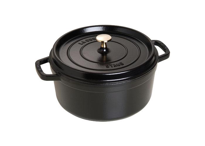 Кокот круглый Staub 26см, 4,6л, цвет: черный 11026251102625Изготовлена из чугуна, покрытого эмалью снаружи и внутри. Подходит для использования на всех типах плит и в духовке. Перед первым использованием вымыть горячей водой, высушить на слабом огне, затем смазать растительным маслом изнутри. Погреть несколько минут на слабом огне и вытереть избыток масла. Мыть жидким моющим средством, без применения абразивных веществ и металлических губок. Пригодна для мытья в посудомоечной машине. При падении на твердую поверхность посуда может треснуть или разбиться. Металлические кухонные принадлежности могут повредить посуду. Чтобы не обжечься, пользуйтесь прихватками.Адрес изготовителя:Zwilling Staub France S.A.S, 47 bis, rue des Vinaigriers, 75010 Paris, FRANCE (Цвиллинг Стауб Франс С.А.С 47 бис, ру де Винаигриерс, 75010 Париж, Франция)
