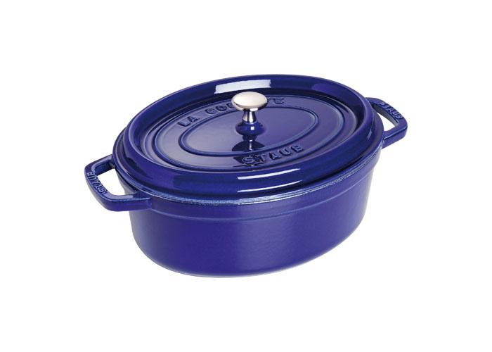 Кокот овальный Staub 27см, 3,2л, цвет: темно-синий 11027911102791Изготовлен из чугуна, покрытого эмалью снаружи и внутри. Подходит для использования на всех типах плит и в духовке. Перед первым использованием вымыть горячей водой, высушить на слабом огне, затем смазать растительным маслом изнутри. Погреть несколько минут на слабом огне и вытереть избыток масла. Мыть жидким моющим средством, без применения абразивных веществ и металлических губок. Пригоден для мытья в посудомоечной машине. При падении на твердую поверхность посуда может треснуть или разбиться. Металлические кухонные принадлежности могут повредить посуду. Чтобы не обжечься, пользуйтесь прихватками.Адрес изготовителя:Zwilling Staub France S.A.S, 47 bis, rue des Vinaigriers, 75010 Paris, FRANCE (Цвиллинг Стауб Франс С.А.С 47 бис, ру де Винаигриерс, 75010 Париж, Франция)