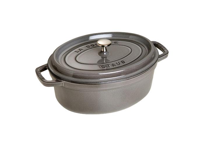 Кокот овальный Staub 31см, 5,4л, цвет: серый графит 11031181103118Изготовлена из чугуна, покрытого эмалью снаружи и внутри. Подходит для использования на всех типах плит и в духовке. Перед первым использованием вымыть горячей водой, высушить на слабом огне, затем смазать растительным маслом изнутри. Погреть несколько минут на слабом огне и вытереть избыток масла. Мыть жидким моющим средством, без применения абразивных веществ и металлических губок. Пригодна для мытья в посудомоечной машине. При падении на твердую поверхность посуда может треснуть или разбиться. Металлические кухонные принадлежности могут повредить посуду. Чтобы не обжечься, пользуйтесь прихватками.Адрес изготовителя:Zwilling Staub France S.A.S, 47 bis, rue des Vinaigriers, 75010 Paris, FRANCE (Цвиллинг Стауб Франс С.А.С 47 бис, ру де Винаигриерс, 75010 Париж, Франция)