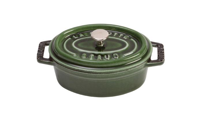 Кокот овальный Staub 31см, 5,4л, цвет: зеленый базилик 11031851103185Изготовлена из чугуна, покрытого эмалью снаружи и внутри. Подходит для использования на всех типах плит и в духовке. Перед первым использованием вымыть горячей водой, высушить на слабом огне, затем смазать растительным маслом изнутри. Погреть несколько минут на слабом огне и вытереть избыток масла. Мыть жидким моющим средством, без применения абразивных веществ и металлических губок. Пригодна для мытья в посудомоечной машине. При падении на твердую поверхность посуда может треснуть или разбиться. Металлические кухонные принадлежности могут повредить посуду. Чтобы не обжечься, пользуйтесь прихватками.Адрес изготовителя:Zwilling Staub France S.A.S, 47 bis, rue des Vinaigriers, 75010 Paris, FRANCE (Цвиллинг Стауб Франс С.А.С 47 бис, ру де Винаигриерс, 75010 Париж, Франция)