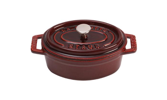 Кокот овальный Staub 31см, 5,4л, цвет: гранатовый 11031871103187Изготовлена из чугуна, покрытого эмалью снаружи и внутри. Подходит для использования на всех типах плит и в духовке. Перед первым использованием вымыть горячей водой, высушить на слабом огне, затем смазать растительным маслом изнутри. Погреть несколько минут на слабом огне и вытереть избыток масла. Мыть жидким моющим средством, без применения абразивных веществ и металлических губок. Пригодна для мытья в посудомоечной машине. При падении на твердую поверхность посуда может треснуть или разбиться. Металлические кухонные принадлежности могут повредить посуду. Чтобы не обжечься, пользуйтесь прихватками.Адрес изготовителя:Zwilling Staub France S.A.S, 47 bis, rue des Vinaigriers, 75010 Paris, FRANCE (Цвиллинг Стауб Франс С.А.С 47 бис, ру де Винаигриерс, 75010 Париж, Франция)