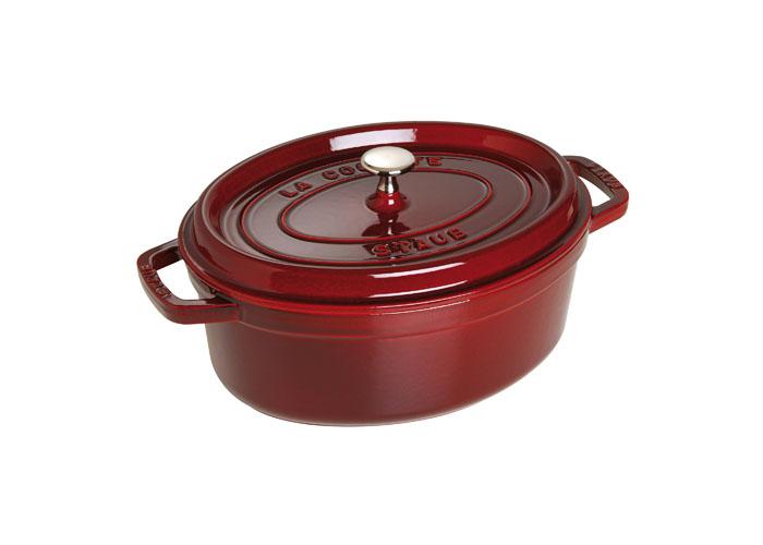 Кокот овальный Staub 33см, 6,5л, цвет: гранатовый 11033871103387Изготовлен из чугуна, покрытого эмалью снаружи и внутри. Подходит для использования на всех типах плит и в духовке. Перед первым использованием вымыть горячей водой, высушить на слабом огне, затем смазать растительным маслом изнутри. Погреть несколько минут на слабом огне и вытереть избыток масла. Мыть жидким моющим средством, без применения абразивных веществ и металлических губок. Пригоден для мытья в посудомоечной машине. При падении на твердую поверхность посуда может треснуть или разбиться. Металлические кухонные принадлежности могут повредить посуду. Чтобы не обжечься, пользуйтесь прихватками.Адрес изготовителя:Zwilling Staub France S.A.S, 47 bis, rue des Vinaigriers, 75010 Paris, FRANCE (Цвиллинг Стауб Франс С.А.С 47 бис, ру де Винаигриерс, 75010 Париж, Франция)