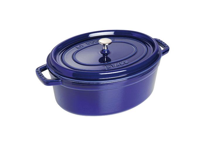Кокот овальный Staub 33см, 6,5л, цвет: темно-синий 11033911103391Изготовлена из чугуна, покрытого эмалью снаружи и внутри. Подходит для использования на всех типах плит и в духовке. Перед первым использованием вымыть горячей водой, высушить на слабом огне, затем смазать растительным маслом изнутри. Погреть несколько минут на слабом огне и вытереть избыток масла. Мыть жидким моющим средством, без применения абразивных веществ и металлических губок. Пригодна для мытья в посудомоечной машине. При падении на твердую поверхность посуда может треснуть или разбиться. Металлические кухонные принадлежности могут повредить посуду. Чтобы не обжечься, пользуйтесь прихватками.Адрес изготовителя:Zwilling Staub France S.A.S, 47 bis, rue des Vinaigriers, 75010 Paris, FRANCE (Цвиллинг Стауб Франс С.А.С 47 бис, ру де Винаигриерс, 75010 Париж, Франция)