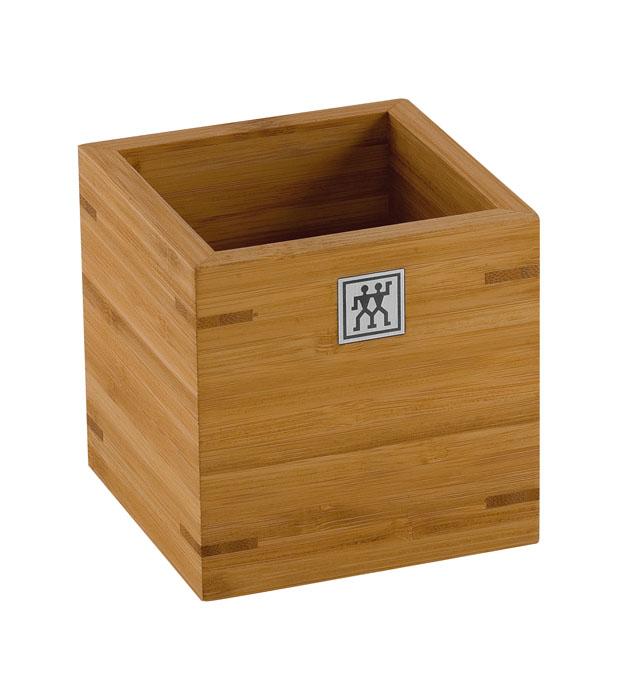 Подставка для кухонных принадлежностей Twin. 37880-10037880-100Подставка Twin предназначена для удобного хранения и перемещения кухонных принадлежностей. Представляет собой небольшой ящичек, выполненный из бамбука. Изделие очень удобно, практично и не займет много места на вашей кухне. Характеристики: Материал: дерево. Размер подставки: 11 см х 11 см х 11 см. Размер упаковки: 11,5 см х 11,5 см х 11,5 см. Производитель: Германия. Изготовитель: Китай. Артикул: 37880-100. Немецкая компания Zwilling J. A. Henckels была основана в 1731 году. При производстве своей продукции компания на протяжении многих лет использует инновационные технологии. В настоящее время компания Zwilling J. A. Henckels является эталоном высокого немецкого качества, долговечности и практичности, чем заслужили признание во всем мире.