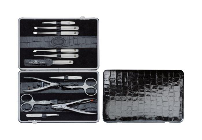 Zwilling Маникюрный набор TWINOX, цвет: черный, отделка крокодил, 12 предметов97053-004Инструменты изготовлены из высококачественной нержавеющей стали. Футляр черного цвета из натуральной кожи. Комплектность 12 предметов: кусачки для ногтей, кусачки для кутикулы, ножницы для ногтей, ножницы для кутикулы, 3 пинцета: скошенный, прямой, остроконечный; пилочка, 4 металлических маникюрных инструмента: для отодвигания кутикулы, для чистки под ногтями и два для обрезания кутикулы. Инструменты предохранять от падения на пол. Время от времени смазывать чистым маслом область соединения, винт, внутреннюю часть и режущие кромки кусачек и ножниц. Использовать только по назначению! Затачивать инструменты у специалиста. Хранить в недоступном для детей месте. Изготовитель: Цвиллинг Джей.Эй. Хенкельс АГ, Грюневальдер Штр., 14-22 Д-42657 Золинген, Германия (Zwilling J.A. Henckels AG, Grunewalder Str.14-22 D-42657 Solingen Germany)
