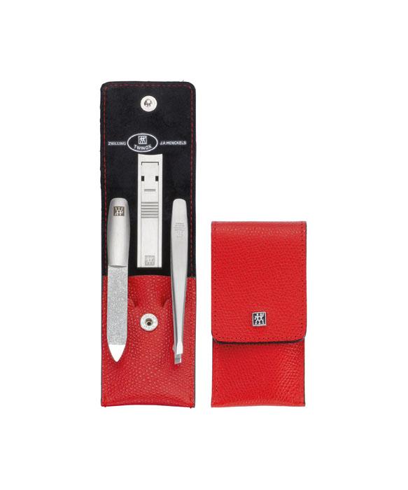 Zwilling Маникюрный набор Twinox, цвет: красный, 3 предмета. 97119-00297119-002Маникюрный набор Zwilling Twinox состоит из 3 предметов: скошенного пинцета, пилочки для ногтей и маникюрных щипцов для ногтей. Инструменты изготовлены из высококачественной нержавеющей стали и хранятся в футляре красного цвета из натуральной кожи, закрывающемся небольшим клапаном на металлической кнопке. Уход: инструменты предохранять от падения на пол. Время от времени смазывать чистым маслом область соединения, винт, внутреннюю часть и режущие кромки кусачек и ножниц. Использовать только по назначению! Затачивать инструменты у специалиста. Хранить в недоступном для детей месте. Характеристики: Материал: нержавеющая сталь. Длина пинцета: 9 см. Общая длина пилочки: 9 см. Длина пилящей поверхности: 4,5 см. Длина маникюрных щипцов: 6 см. Материал футляра: металл, натуральная кожа. Размер футляра (ДхШхВ): 10 см х 5 см х 1,5 см. Размер упаковки (ДхШхВ): 12 см х 6,8 см х 3 см. ...