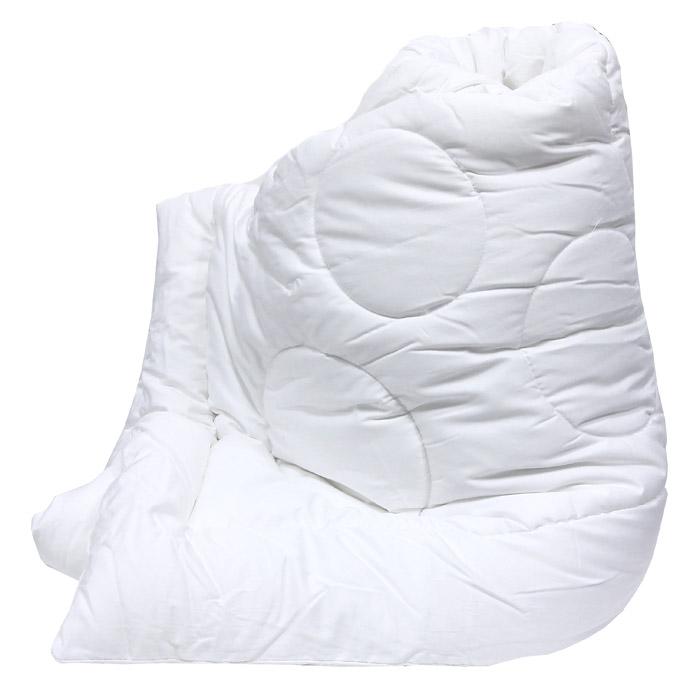 Одеяло Versal, 172 см х 205 см121031101Легкое и нежное одеяло Versal с наполнителем экофайбер в чехле из сатина придется по душе ценителям классики и комфорта. Экофайбер - очень теплый, гипоаллергенный материал, который не впитывает пыль и запахи. Такое одеяло согревает зимой и дарит прохладный сон летом. Оригинальная стежка равномерно распределяет наполнитель в чехле. Простое в уходе, одеяло легко стирается в бытовой стиральной машине и быстро высыхает. Ваше одеяло прослужит долго, а его привлекательный внешний вид, при правильном уходе, будет годами дарить вам уют. Характеристики: Материал верха: сатин (100% хлопок). Материал наполнителя: экофайбер (заменитель пуха). Размер: 172 см х 205 см. Степень теплоты: 3. Производитель: Россия. Артикул: 121031101. ТМ Primavelle - качественный домашний текстиль для дома европейского уровня, завоевавший любовь и признательность покупателей. ТМ...