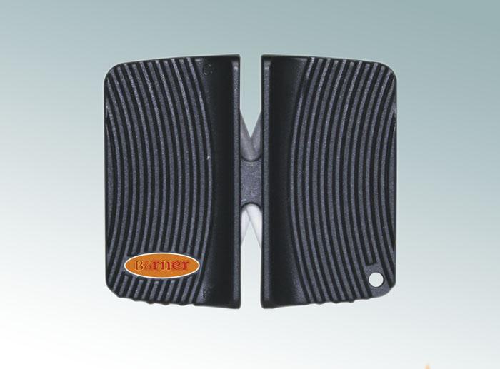 Ножеточка Borner двухсторонняя, цвет: черный 33001493300149Ножеточка Borner с двумя рабочими зонами для разного качества заточки. Применяется для всех видов металлических ножей от кухонных до туристических. Угол заточки 23°. В ножеточке сделаны два отсека. Отсек с металлическими пластинами - для грубой обработки. Отсек с белыми керамическими стержнями - для тонкой доводки.