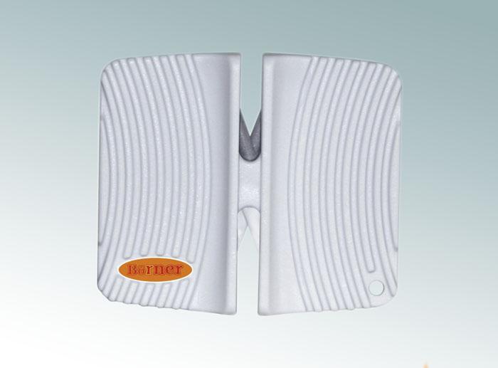 Ножеточка Borner двухсторонняя, цвет: белый 33001633300163Ножеточка Borner с двумя рабочими зонами для разного качества заточки. Применяется для всех видов металлических ножей от кухонных до туристических. Угол заточки 23°. В ножеточке сделаны два отсека. Отсек с металлическими пластинами - для грубой обработки. Отсек с белыми керамическими стержнями - для тонкой доводки.
