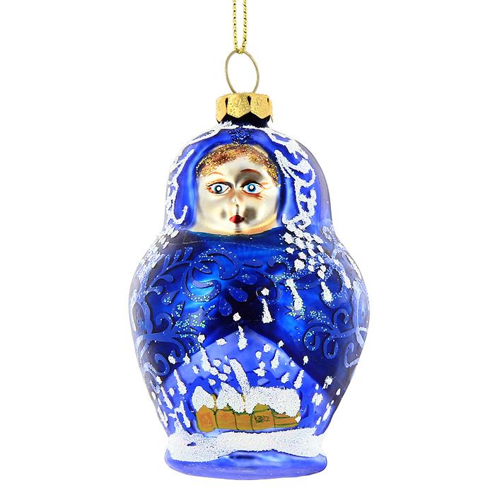 Новогоднее подвесное украшение Синяя матрешка. 2213122131Новогоднее украшение Синяя матрешка отлично подойдет для декорации вашего дома и новогодней ели. Игрушка выполнена из стекла в виде матрешки, украшенной блестками. Елочная игрушка - символ Нового года. Она несет в себе волшебство и красоту праздника. Создайте в своем доме атмосферу веселья и радости, украшая всей семьей новогоднюю елку нарядными игрушками, которые будут из года в год накапливать теплоту воспоминаний. Коллекция декоративных украшений из серии Magic Time принесет в ваш дом ни с чем не сравнимое ощущение волшебства!