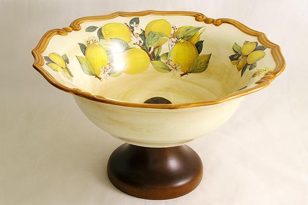 Ваза для фруктов Итальянские лимоны, на ножке, диаметр 30 смLCS038AL-CL-ALВаза Итальянские лимоны, выполненная из высококачественной керамики, предназначена для красивой сервировки фруктов. Ваза оформлена красочным изображением лимонов. Изящный дизайн и оригинальное оформление придутся по вкусу и ценителям классики, и тем, кто предпочитает утонченность и изысканность. LCS - молодая, динамично развивающаяся итальянская компания из Флоренции, производящая разнообразную керамическую посуду и изделия для украшения интерьера. В своих дизайнах LCS использует как классические, так и современные тенденции. Высокий стандарт изделий обеспечивается за счет соединения высокотехнологичного производства и использования ручной работы профессиональных дизайнеров и художников, работающих на фабрике. Достоинства керамической посуды, известные во всем мире, - это отсутствие выделений химических примесей, что позволяют придавать особый аромат пище, сохранять витамины и другие ценные питательные вещества. Может использоваться для хранения...