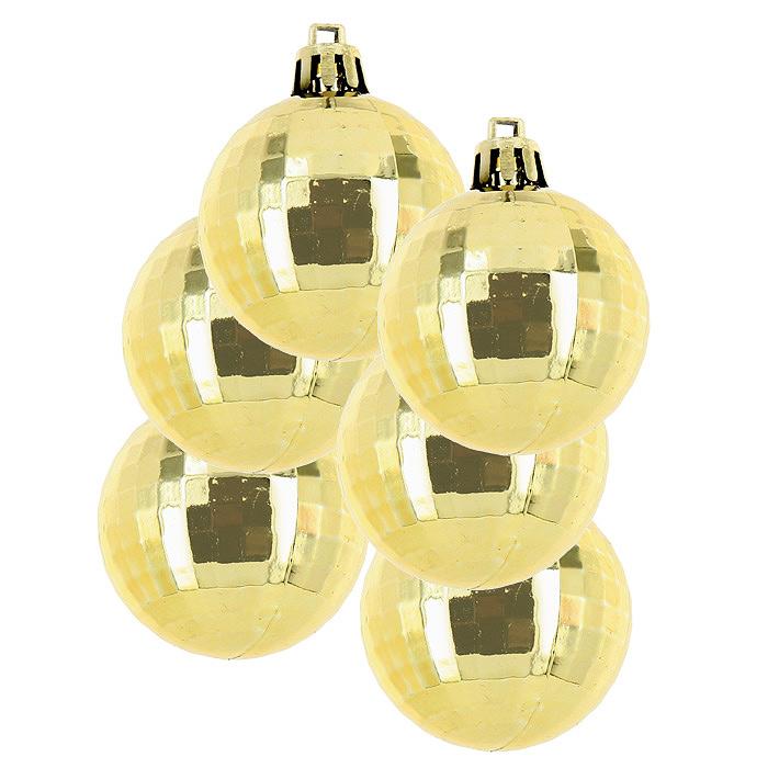 Набор подвесных украшений Шары, 4 шт. 2244022440Красивый набор новогодних шаров выполнен из пластика. Такие шары легки и удобны при оформлении елки, они не разобьются и более долговечны. В свете новогодних гирлянд игрушка будет таинственно мерцать, и радовать своей красотой всех окружающих. Елочная игрушка - символ Нового года. Она несет в себе волшебство и красоту праздника. Создайте в своем доме атмосферу веселья и радости, украшая всей семьей новогоднюю елку нарядными игрушками, которые будут из года в год накапливать теплоту воспоминаний.
