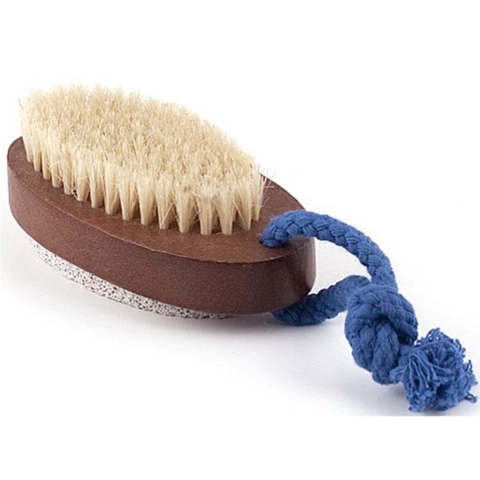 Щетка для ног Aimo (Аймо). 235235Деревянная щетка серии Aimo (Аймо) с натуральной щетиной и пемзой станет незаменимым аксессуаром в вашей ванне, бане или в сауне. Она удаляет огрубевшую, сухую кожу ступней, делая ее мягкой и гладкой, а также отлично подойдет для обработки огрубевших участков кожи на локтях, коленях и пальцах. Щетка имеет небольшую текстильную петельку, благодаря которой ее можно повесить в любом месте.