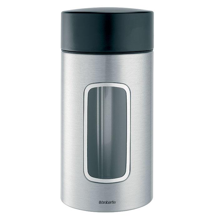 Банка для продуктов Brabantia 1,7 л 371820371820В контейнере Brabantia  вместимостью 1,7 литра можно хранить все, что угодно. Эта высокая модель цилиндрической формы отлично подойдет для специй, печенья и других продуктов. Специальная защелкивающаяся крышка не пропускает запахи и позволяет дольше сохранять аромат и свежесть продуктов. Прозрачное окошко из антистатических материалов, благодаря которому вы всегда знаете, что и в каком количестве содержится в каждом контейнере; Контейнер имеет гладкую внутреннюю поверхность и легко чистится; Прочный и долговечный — изготовлен из коррозионностойких материалов; Специальная защелкивающаяся не пропускающая запах крышка; Основание с защитным покрытием; 10-летняя гарантия Brabantia.