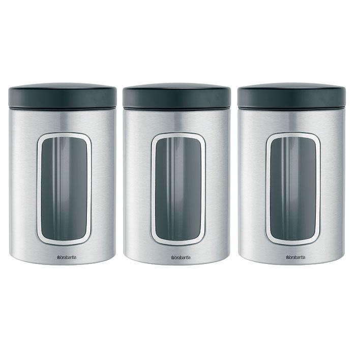 Набор банок для продуктов Brabantia 1,4 л, 3 шт, матовая нерж. сталь 335341335341Набор Brabantia состоит из трех банок, в которых будет удобно хранить разнообразные сыпучие продукты, такие как кофе, крупы, макароны или специи. Банки изготовлены из антикоррозийной стали с защитой от отпечатков пальцев. Они не впитывают аромат, не окрашиваются, не пропускают запах, а продукты в них остаются свежими. Банки плотно закрываются пластиковыми крышками. Защитное покрытие на основании не царапает поверхность. На корпусе каждой банки имеется небольшое окошко из акрила, позволяющее видеть содержимое банки. Такой набор банок для сыпучих продуктов станет незаменимым помощником на кухне. Характеристики: Материал: сталь, пластик, акрил. Высота банки (без учета крышки): 14,5 см. Диаметр банки: 10,5 см. Объем одной банки: 1,4 л. Комплектация: 3 шт. Производитель: Бельгия. Артикул: 335341. Гарантия производителя: 5 лет.
