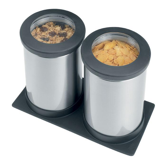 Набор банок для продуктов Brabantia 2 шт, 1,2 л, с подставкой, матовая нерж. сталь 416064416064Набор Brabantia состоит из двух банок, в которых будет удобно хранить разнообразные сыпучие продукты, такие как кофе, крупы, макароны или специи. Банки изготовлены из антикоррозийной стали с защитой от отпечатков пальцев. Они не впитывают аромат, не окрашиваются, не пропускают запах, а продукты в них остаются свежими. Банки плотно закрываются пластиковыми крышками с небольшими окошками из акрила, позволяющее видеть содержимое банки. Нескользящее покрытие крышек обеспечивает удобное открывание даже мокрыми руками. В комплект входит нескользящий организатор-подставка, на который устанавливаются банки. Такой набор банок для сыпучих продуктов станет незаменимым помощником на вашей кухне.