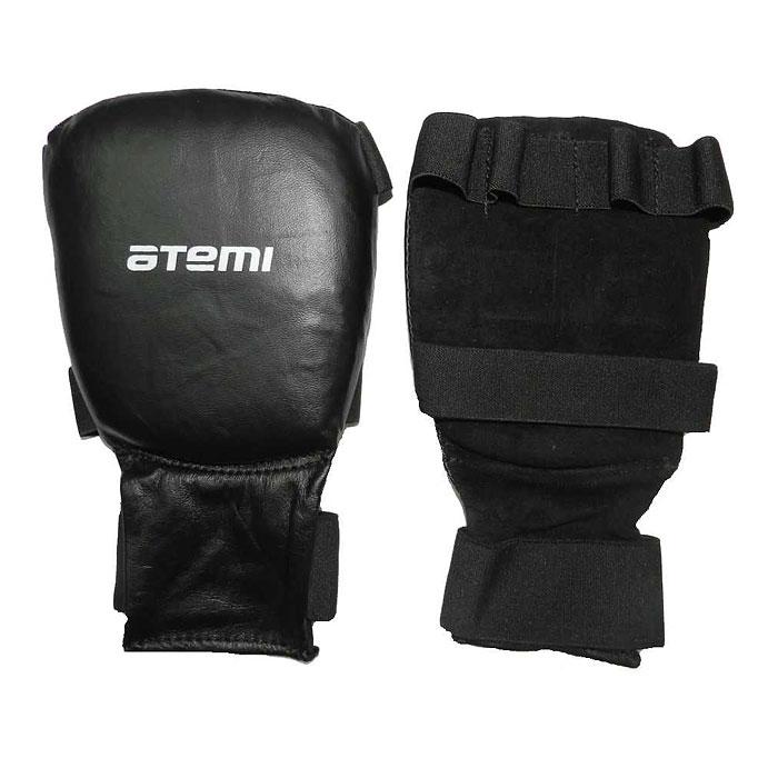 Накладки для карате ATEMI, цвет: черные. Размер LPKP-453Накладки ATEMI с объемным наполнителем необходимы при занятиях спортом для защиты пальцев, суставов и кисти руки в целом от вывихов, ушибов и прочих повреждений. Верхняя часть накладки выполнены из натуральной кожи, ладонь - из замши. Накладки прочно фиксируются на запястье за счет широкой эластичной ленты. Удобные и эргономичные накладки ATEMI идеально подойдут для занятий карате и другими видами единоборств.
