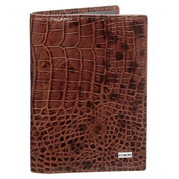 Обложка для автодокументов Edmins, цвет: коричневый. 1896 CR ML ED brown61601Обложка для автодокументов Edmins выполнена из натуральной кожи коричневого цвета и оформлена декоративныи тиснением под крокодила. Имеет внутри: два глубоких вертикальных кармана, один из которых из прозрачного пластика, кармашек с окошком, карман-уголок для мелких бумаг, а также внутренний блок для водительских документов из прозрачного пластика. Такая обложка станет отличным подарком для человека, ценящего качественные и необычные вещи.