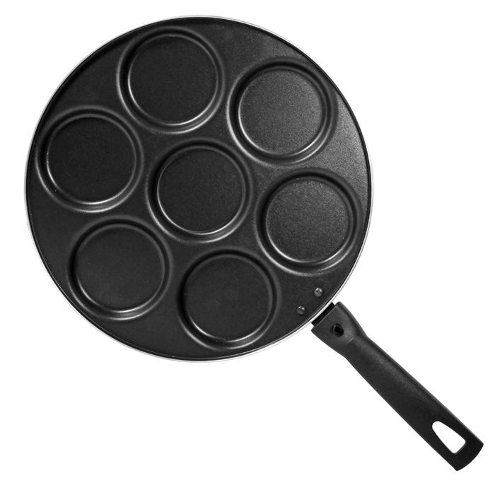 Сковорода для оладий Classic, с антипригарным покрытием. Диаметр 28 см1037Сковорода Classic, изготовленная из алюминия с антипригарным покрытием, имеет семь выемок для оладий. Сковорода оснащена удобной съемной ручкой из бакелита, которая не нагревается в процессе приготовления пищи. Подходит для использования на всех типах плит кроме индукционных. Можно мыть в посудомоечной машине. Характеристики: Материал: алюминий, бакелит. Общий диаметр сковороды: 28 см. Диаметр выемки для оладьев: 7,5 см. Высота стенок: 1,5 см. Толщина стенок: 2 мм. Длина ручки: 16,5 см. Артикул: 1037.
