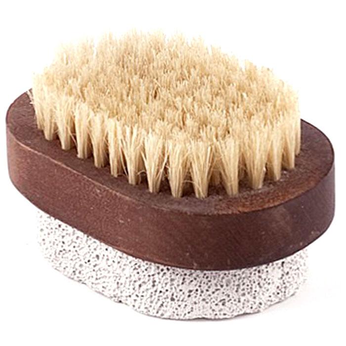 Щетка для ног Aimo (Аймо). 233233Деревянная щетка серии Aimo (Аймо) с натуральной щетиной и пемзой станет незаменимым аксессуаром в вашей ванне, бане или в сауне. Она удаляет огрубевшую, сухую кожу ступней, делая ее мягкой и гладкой, а также отлично подойдет для обработки огрубевших участков кожи на локтях, коленях и пальцах.