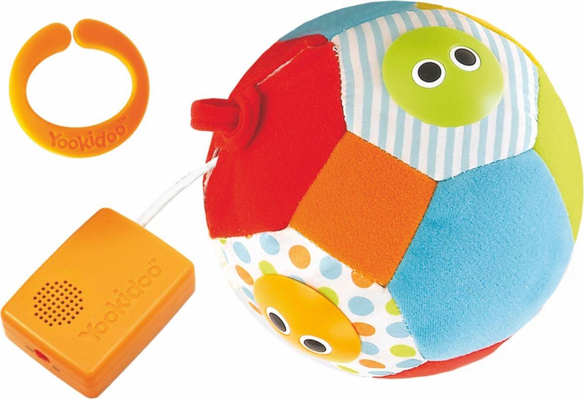 Развивающий игрушка Музыкальный мяч, от 3 месяцев40124Развивающий игрушка Музыкальный мяч со световым и звуковым сопровождением привлекает внимание малыша, побуждая его двигаться и развивая слуховые и зрительные навыки. При вращении или встряхивании мяча загораются огоньки с веселыми рожицами и звучат 3 разные мелодии. Шар мало весит, и его легко обхватить, что идеально подходит для маленьких ручек, к тому же благодаря петелькам его можно повесить на прогулочную коляску или кроватку. У шара есть Включатель/Выключатель бесшумного режима. Характеристики: Материал: пластик, текстиль. Рекомендуемый возраст: от 0 месяцев. Общая высота игрушки: 33 см. Диаметр игрушки: 12 см. Размер упаковки: 21,5 см х 20,5 см х 13 см. Изготовитель: Китай. Необходимо докупить 3 батарейки AАA (товар комплектуется демонстрационными).