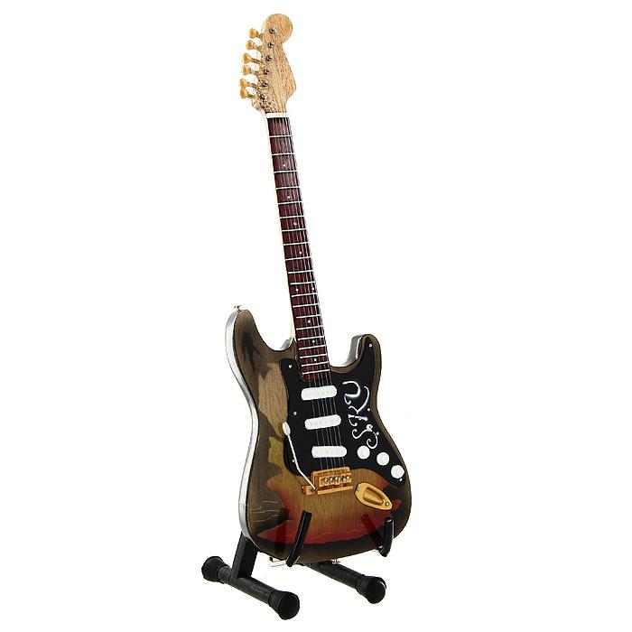 Коллекционная модель гитары Стива Рея Вона Fender Stratocaster Tribute. Масштаб 1:41022202Модель электрогитары Fender Stratocaster Tribute американского гитариста и певца Стиви Рея Вона, представляет собой точную копию инструмента, выполненную в уменьшенном масштабе. Такой сувенир понравится не только поклоннику легендарного гитариста, но и человеку, ценящему оригинальные вещи. Коллекционная модель станет оригинальным украшением интерьера. Благодаря специальной подставке вы можете поставить модель гитары в любом месте, где она будет удачно смотреться. Гитара Fender Stratocaster - это визитная карточка певца Стиви Рея Вона. Первоначально на гитаре была белая накладка и правостороннее тремоло с датчиками 1959 года. Музыкант заменил накладку на черную и инкрустировал на ней свои инициалы, а затем тремоло заменили на левостороннее. Гитарист был правшой, но играя на перевернутой правосторонней гитаре, он копировал стиль Джимми Хендрикса.