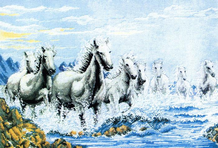 Набор для вышивания Табун лошадей, 63 см х 44 смRY-1015-14Набор для вышивания крестом Табун лошадей состоит из схемы вышивки, канвы, ниток мулине для вышивания и двух специальных игл для вышивки с тупым концом и большим ушком. С помощью такого набора вы сможете создать своими руками очаровательный рисунок-вышивку, которая оригинально украсит интерьер вашего дома и станет прекрасным подарком для ваших друзей и близких.