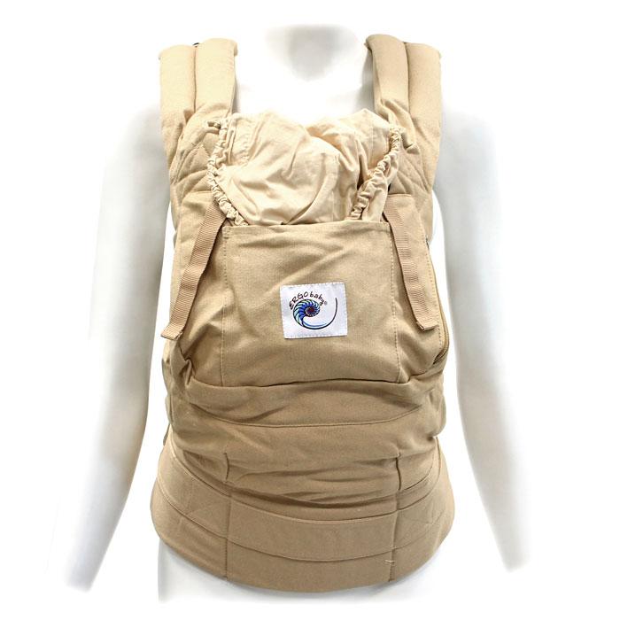 Рюкзак-переноска ERGO Baby Carrier, цвет: бежевыйBC5SРюкзак-переноска ERGO Baby Carrier поддерживает спину и позвоночник малыша и гарантирует физиологически правильное ношение. В отличие от большинства рюкзаков-кенгуру, в переноске ERGO Baby Carrier малыш сидит с широко разведенными ножками, а не висит с давлением на промежность. Переноска имеет широкие, мягкие плечевые ремни и поддерживающий широкий ремень вокруг корпуса взрослого. Благодаря этому нагрузка распределяется более равномерно, поэтому носить ребенка в рюкзаке-переноске ERGO Baby Carrier удивительно легко. Родители могут выбрать наиболее удобный способ ношения: спереди, сзади и на бедре. ERGO Baby Carrier - рюкзак-переноска на несколько лет (со специальной вставкой для новорожденных от 0 до 6 месяцев и до 4-летнего возраста), тогда как возможности эксплуатации большинства рюкзаков-кенгуру ограничены в применении. Также в рюкзаке-переноске вы можете носить своего ребенка сколь угодно долго, практически весь день при необходимости, поскольку ERGO Baby Carrier...