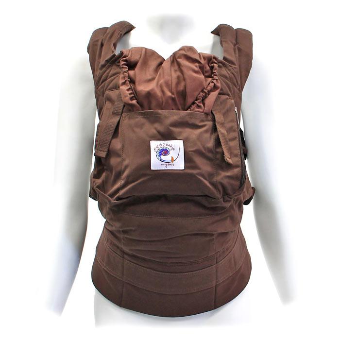 Рюкзак-переноска ERGO Baby Carrier: Organic, цвет: темный шоколадBC9ODCKРюкзак-переноска ERGO Baby Carrier: Organic поддерживает спину и позвоночник малыша и гарантирует физиологически правильное ношение. В отличие от большинства рюкзаков-кенгуру, в переноске ERGO Baby Carrier малыш сидит с широко разведенными ножками, а не висит с давлением на промежность. Переноска имеет широкие, мягкие плечевые ремни и поддерживающий широкий ремень вокруг корпуса взрослого. Благодаря этому нагрузка распределяется более равномерно, поэтому носить ребенка в рюкзаке-переноске ERGO Baby Carrier удивительно легко. Родители могут выбрать наиболее удобный способ ношения: спереди, сзади и на бедре. ERGO Baby Carrier - рюкзак-переноска на несколько лет (со специальной вставкой для новорожденных от 0 до 6 месяцев и до 4-летнего возраста), тогда как возможности эксплуатации большинства рюкзаков-кенгуру ограничены в применении. Также в рюкзаке-переноске вы можете носить своего ребенка сколь угодно долго, практически весь день при необходимости, поскольку ERGO Baby...