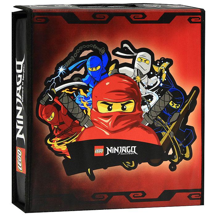 Игровой коврик Lego Ninjago. А1467ХXА1467ХXЯркий игровой коврик Lego Ninjago непременно понравится вашему ребенку! Оригинальный коврик выполнен в виде небольшого чемоданчика, в котором можно хранить игрушки и детали конструкторов. В открытом виде чемоданчик представляет собой игровой коврик. Внутри чемоданчика есть сетчатые кармашки и эластичные фиксаторы для фигурок ниндзя и их оружия. Ваш ребенок часами будет играть на коврике, придумывая различные истории. Порадуйте его таким замечательным подарком!