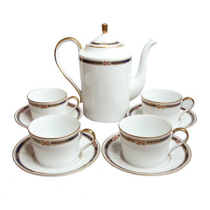 Чайный сервиз Монарх на 4 персоны. Япония. Фаберже. 1990-е гг.ОС27728Чайный сервиз Монарх на 4 персоны. Фарфор, роспись, позолота. Япония, Фаберже, 1990-е гг. Сервиз составили 9 предметов: чайник, 4 чашки, 4 блюдца. Размеры: Чашка: высота 6 см, диаметр 8,5 см. Блюдце: диаметр 15 см. Чайник: высота 20,5 см, диаметр 12 см. На дне: название набора Monarch, клеймо Faberge Fine China под короной, наклейка Made in Japan. Великолепный чайный сервиз, выполненный из белоснежного тонкого фарфора, украшенный изысканным расписным орнаментом и позолотой. Превосходный подарок коллекционеру и замечательное украшение собрания изделий марки Фаберже!