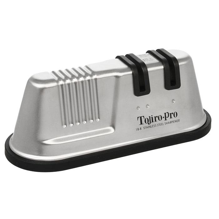 Точилка для ножей Tojiro с двумя роликами, керамическаяF-641Роликовая точилка для ножей Tojiro сочетает в себе удобство и функциональность. С помощью такой точилки вы сможете без особого труда заточить все кухонные ножи. Корпус точилки выполнен из металла, а роликовый механизм из керамики, обладающей высокой твердостью. Точилка имеет два типа керамических роликов: для грубой и финишной заточки лезвия. В точилке предусмотрена возможность замены роликов. Нижний край точилки снабжен резиновой вставкой, за счет которой она не скользит по столу, обеспечивая безопасный процесс заточки.