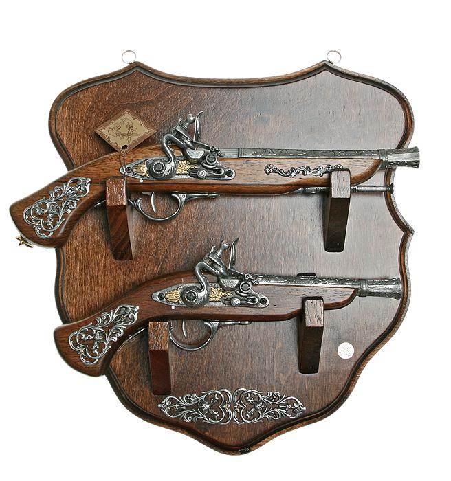 Коллаж Пистоли, 42 х 42 х 11 см31620Коллаж выполнен в виде деревянного поля с расположенными на нем пистолями, которые являются репликами оружия XVII - XVIII вв. Копии выглядят очень реалистично, отличаются только конструктивным ограничением и материалом изготовления. Оружие настолько похоже на настоящее, что только специалист внешне сможет найти отличия. Сувенирное оружие - это великолепная идея для подарка любимому мужчине или особого презента партнеру по бизнесу! Если Вы заядлый коллекционер, то добавление нового декоративного оружия к своей коллекции будет ярким и приятным моментом в Вашей жизни. Сувенирное оружие - это оригинальное украшение вашей квартиры или офиса. Оно станет прекрасным дополнением интерьера, придаст ему изысканности, стиля и вместе с тем брутальной мужественности!