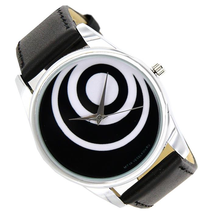 Часы Mitya Veselkov Чёрные диски. MV-021MV-021Наручные часы Mitya Veselkov Черные диски созданы для современных людей, которые стремятся выделиться из толпы и подчеркнуть свою индивидуальность. Часы оснащены японским кварцевым механизмом. Ремешок выполнен из натуральной кожи черного цвета, корпус изготовлен из стали серебристого цвета. Циферблат черного цвета оформлен изображением белых кругов. Характеристики: Материал: натуральная кожа, сталь. Стекло: минеральное. Механизм: Citizen. Длина ремешка (с корпусом): 23,5 см. Ширина ремешка: 2 см. Диаметр корпуса: 3,7 см. Размер упаковки: 8,5 см х 8,5 см х 6,5 см. Артикул: MV-21. Производитель: Россия. Идея компании Mitya Veselkov возникла совершенно случайно. Просто один творческий человек и талантливый организатор решил делать людям необычные часы. Затем родилась идея открыть магазин и дать другим людям возможность приобретения этого красивого продукта. Теперь Mitya...
