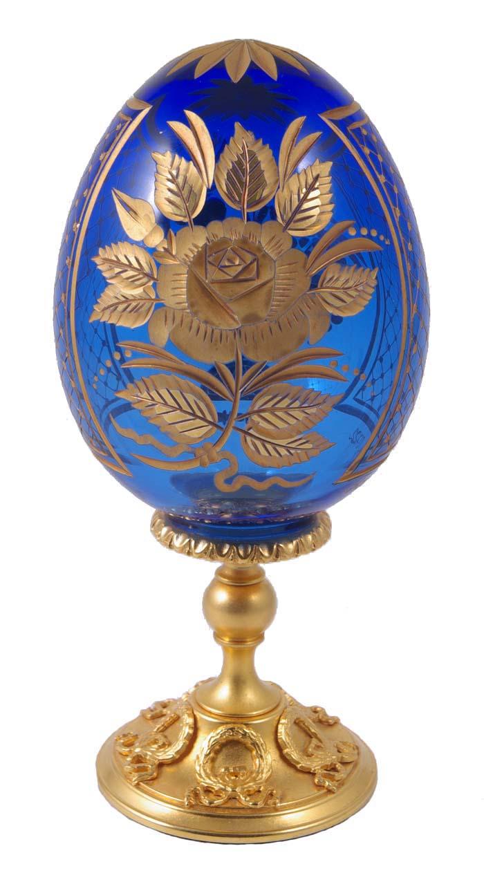 Яйцо. Хрусталь, гравировка, металл, позолота 24 карата. Фаберже, 1990-е гг.АРТ M-005Яйцо. Хрусталь, гравировка, металл, позолота 24 карата. Фаберже, 1990-е гг. Высота 15 см, диаметр яйца 7 см. Сохранность хорошая. На основании клеймо Faberge, на стекле гравировка Faberge и номер 0722. Яйцо отличается изысканным дизайном: синее стекло, украшенное интересным орнаментом, позолоченные грани и ножка. Оригинальная вещица в лучших традициях дома Фаберже!