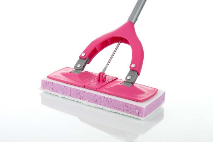 Швабра Loks Super Cleaning с механическим отжимом, цвет: белый, розовыйL10-3850-11Универсальная отжимная швабра-бабочка Loks Super Cleaning на плоской подошве уменьшенного размера широко используется для уборки любых напольных покрытий. Двухслойная насадка отлично впитывает влагу и легко удаляет любые загрязнения. Идеальный отжим насадки обеспечивает система простого рычага. Длина швабры регулируется с помощью телескопической ручки. Швабра Loks Super Cleaning с механическим отжимом - лучший помощник в доме!