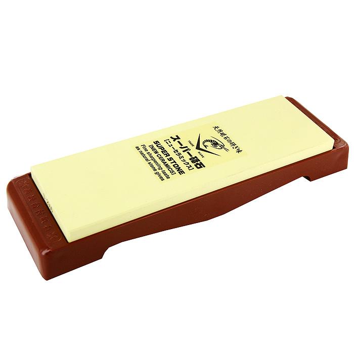 Камень точильный Super, средний, # 2000IN-2020Точильный камень Super предназначен для заточки кухонных ножей. Камень имеет крупнозернистую поверхность, которая подходит для предварительной заточки лезвия. Перед использованием камень необходимо замочить в воде на 3-5 минут. Точильный камень закреплен на пластиковой подставке. Характеристики: Материал: абразивные материалы, пластик. Размер камня: 21 см х 1 см х 7 см. Зернистость: # 2000. Размер подставки: 24,5 см х 2,5 см х 7,5 см. Размер упаковки: 25,5 см х 4 см х 8,5 см. Производитель: Япония. Артикул: IN-2020.