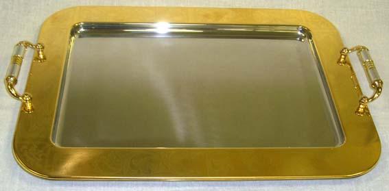 Поднос Giorinox, 46,5 х 32 смGI8140-45ROALПоднос Giorinox изготовлен из нержавеющей стали марки 18/10, отполирован до зеркального блеска и декорирован золотом 24 карата. По всей поверхности подноса нанесена изящная гравировка. Поднос уместит на себе достаточно много продуктов и предохранит поверхность стола от грязи и перегрева. Благодаря двум ручкам его легко переносить. Изящный дизайн подноса Giorinox придется по вкусу и ценителям классики, и тем, кто предпочитает утонченность и изысканность. Внутренний размер подноса: 34,5 х 23 см. Размер подноса (с учетом ручек): 46,5 х 32 х 3,5 см.