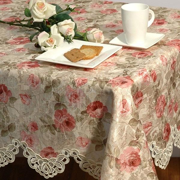 Скатерть Розы, 130 x 160 см. 06190-42706190-427Прямоугольная скатерть Розы выполнена из жаккардовой ткани с шелковистой поверхностью и декорирована рисунком в виде роз на фоне цвета ванили. Края скатерти украшены роскошным кружевом из шелковых нитей ванильного цвета.