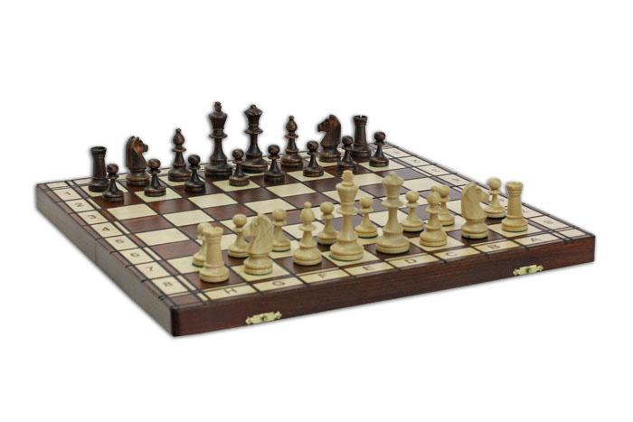 Шахматы Wegiel Юпитер, размер: 42х21х5 см. 30313031Шахматы - это занимательный подарок и украшение интерьера. Фигуры выполнены из дерева и упакованы в изысканную деревянную шкатулку. Каждая фигура надежно крепится в определенном положении благодаря особым выемкам. Крышка шкатулки представляет собой шахматную доску. Шахматы - одна из древнейших игр, изобретенная в Индии три тысячи лет назад. Она позволяла разыгрывать сражения того времени, в которых принимали участие, как простые пешие воины, так и кавалерия, и боевые слоны.