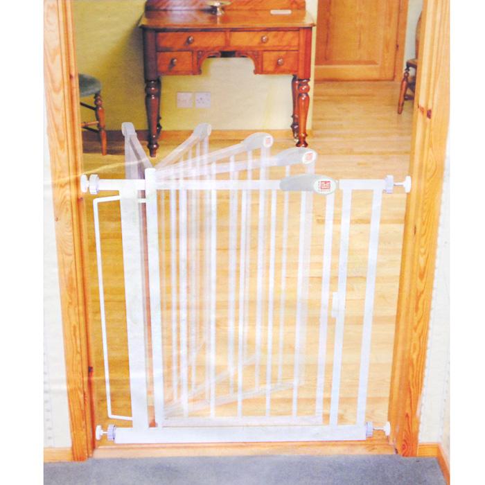 Ворота безопасности Red Castle Auto-Close, цвет: белый, 64 x 78 см120098Ворота безопасности для дверей и лестниц Red Castle Auto-Close - надежная защита для вашего малыша. Установив ворота в верхней или нижней части лестницы, вы защитите вашего кроху от вероятных падений. Ворота закрываются и защелкиваются автоматически, учитывая тот факт, что ребенок старшего возраста или взрослый могут забыть закрыть их за собой. Благодаря передовой патентованной системе креплений, колесики креплений не могут быть развинчены ребенком. Ворота безопасности легко фиксируются на стене или в дверном проеме благодаря специальным плотно прилегающим чашечкам. Части Y-формы (опция), позволяют крепить ворота к закругленным частям стойки перил на концах лестничных маршей. Ворота регулируются по ширине. Вы можете выбрать направление, в котором открываются ворота. В целях безопасности, ворота не открываются в оба направления в одно и то же время. Ворота металлические, покрыты белой краской с нанесением лака. Маленькие ворота 68,5-75,5 см – высота 75 см, длину...