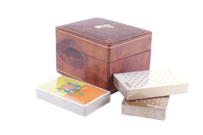 Комплект из 3 колод игральных карт в деревянном боксе. 54 карты в колоде. Италия, вторая половина XX века185523Комплект из 3 колод игральных карт в деревянном боксе. Италия, вторая половина XX века. В каждой колоде 54 карты. Размер коробки 7,5 х 11,5 х 9,5 см. В колоде 54 карты. Сохранность очень хорошая. Карты новые, не распакованные. На боксе нечитаемое клеймо.