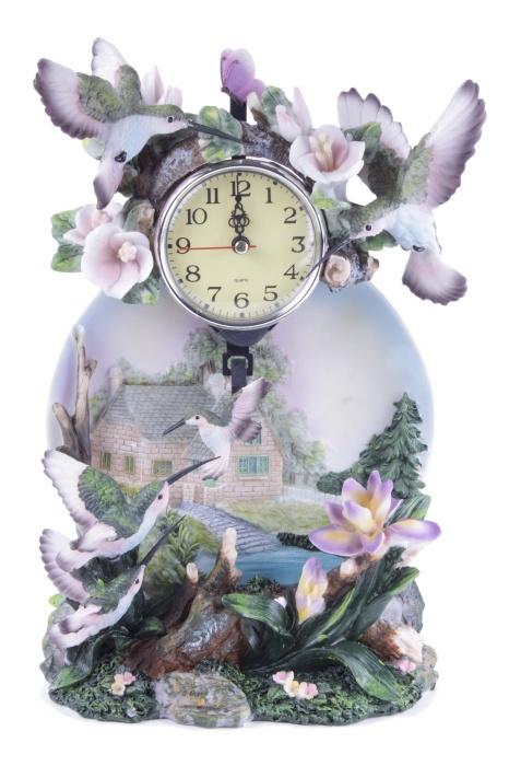 Кварцевые часы с колибри. Пластик, металл. Конец XX векаРМ-700 Harmony minКварцевые часы с колибри. Пластик, металл. Западная Европа, конец XX века. Высота 29 см, ширина 20 см. Сохранность хорошая. Корпус часов выполнен в виде скульптурной группы: на основании нарисован пейзаж с видом деревенского дома, оно украшено цветами, корнями деревьев и порхающими маленькими птичками колибри. Очень выразительно передана их легкость, хрупкость, трепет крыльев. Изделие выполнено в нежных приглушенных тонах, оно станет тонким, изящным украшением интерьера спальни или детской.